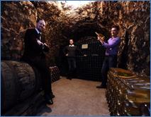 Description: Description: Carl-Edmund Sherman, Édouard et Jonathan Gauthier dans les caves de la maison Veuve J. Lanaud à Avize. (Photo Bernard Sivade)
